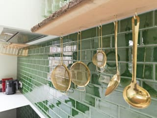 Emerald kitchen and living room:  Kleine keuken door Obradov Studio, Eclectisch