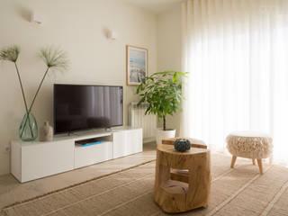 Living room by MUDA Home Design, Modern