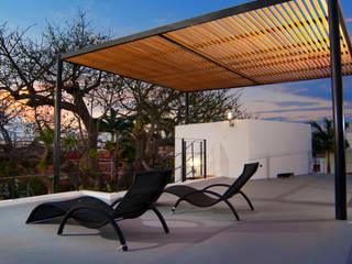 CASA SUNSET Balcones y terrazas modernos de FRACTAL.CORP ARQUITECTURA Moderno