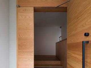 Pasillos, vestíbulos y escaleras modernos de TRANSTYLE architects Moderno