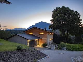 Modernes Holzhaus in Marquartstein von Lebensraum Holz Modern