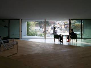 擁壁上の住処 モダンデザインの リビング の Ginga architects モダン