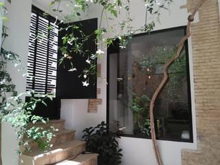 Proyecto y Reforma en Vivienda en Casco Antiguo de Anna Gestionarq, arquitectos en Xàtiva Balcones y terrazas de estilo rústico Aluminio/Cinc Blanco