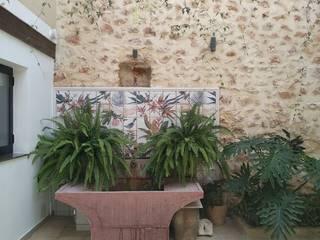 Proyecto y Reforma en Vivienda en Casco Antiguo de Anna Gestionarq, arquitectos en Xàtiva Balcones y terrazas de estilo rústico Piedra Blanco