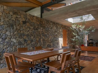 Saavedra Arquitectos Rustic style dining room Stone