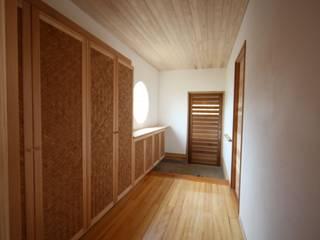 Коридор, прихожая и лестница в азиатском стиле от 株式会社高野設計工房 Азиатский