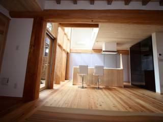 Столовая комната в азиатском стиле от 株式会社高野設計工房 Азиатский