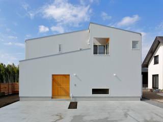 Chalets & maisons en bois de style  par アトリエdoor一級建築士事務所, Moderne