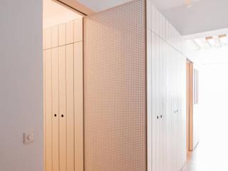 Pasillos, vestíbulos y escaleras de estilo moderno de MINIMO Moderno