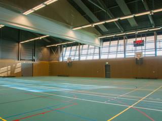 Sporthal als onderdeel van het landschap.:  Evenementenlocaties door Berenschot Adviserend Architect, Landelijk