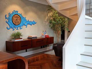Modern Corridor, Hallway and Staircase by Célia Orlandi por Ato em Arte Modern