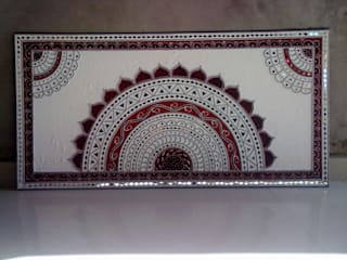 Mud Mirror Lippan Work Artist, Kutchi Traditional Wall Art Work, Beautiful Wall Design Concept Gujarat India: classic  by City Trend,Classic