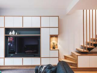 Quand le bois structure Salon minimaliste par SUR MESURE Minimaliste