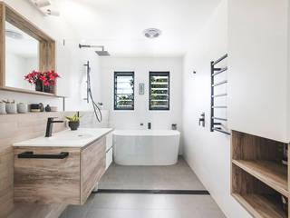 La tête dans les nuages Salle de bain minimaliste par SUR MESURE Minimaliste