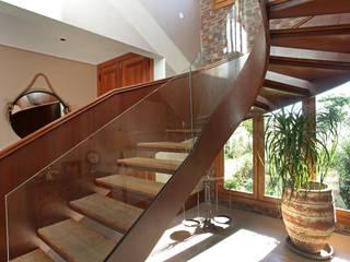 Country style corridor, hallway& stairs by Célia Orlandi por Ato em Arte Country