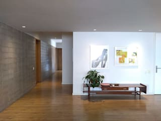 entrearquitectosestudio Pasillos, vestíbulos y escaleras modernos Madera Blanco