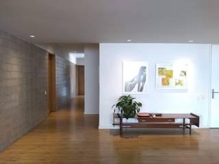 entrearquitectosestudio Ingresso, Corridoio & Scale in stile moderno Legno Bianco