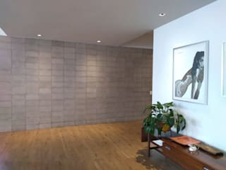 Apartamento L&R entrearquitectosestudio Pasillos, vestíbulos y escaleras de estilo moderno Cerámico Gris