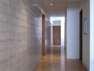 entrearquitectosestudio Pasillos, vestíbulos y escaleras modernos Cerámico Gris