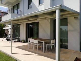 Yapısan Cephe Sistemleri Balcone, Veranda & Terrazza in stile moderno Ferro / Acciaio Metallizzato/Argento