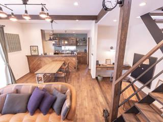 ヴィンテージカフェスタイルの家 ラスティックデザインの リビング の クローバーハウス ラスティック