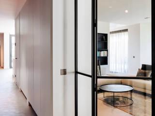 Jolanda Knook interieurvormgeving Pasillos, vestíbulos y escaleras de estilo moderno