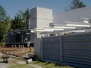 AGE/Alejandro Gaona Estudio Puertas de garajes Aluminio/Cinc Metálico/Plateado