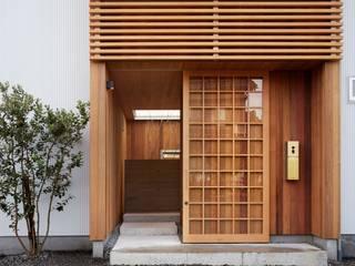 アプローチから坪庭を見る の ツジデザイン一級建築士事務所 北欧 木 木目調