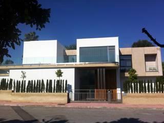 Đồ điện tử theo Domonova Soluciones Tecnológicas para tu vivienda en Madrid, Hiện đại