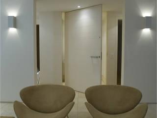 Moderner Flur, Diele & Treppenhaus von Viviane Cunha Arquitectura Modern