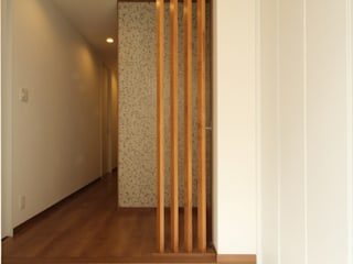 三浦喜世建築設計事務所 Minimalist corridor, hallway & stairs Tiles Wood effect