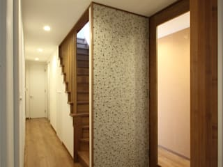 三浦喜世建築設計事務所 Modern Corridor, Hallway and Staircase Tiles Wood effect
