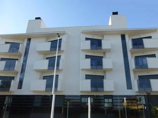 RESIDENCIAL ALBELLO. 31 VIVIENDAS VPO: Casas multifamiliares de estilo  de ARQUIJOVEN SLP, Moderno