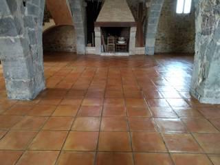 Obra limpieza y proteccion suelo de barro terracota Comedores de estilo rústico de INDUSTRIAL MORA DE BARNICES, S.L. Rústico