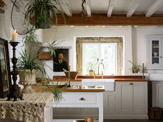 The Cotes Mill Classic Showroom by deVOL deVOL Kitchens クラシックデザインの キッチン 白色