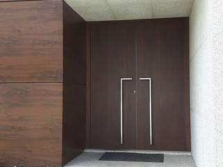 Emprofeira - empresa de projectos da Feira, Lda. Front doors Wood Brown