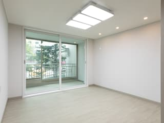 Moderne Wohnzimmer von 곤디자인 (GON Design) Modern