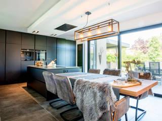 ZWARTE KEUKEN:  Keuken door Verswijver, Modern