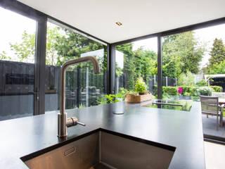 MODERNE ARBEIDERSWONING:  Keuken door Verswijver, Modern