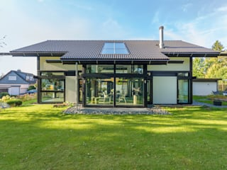 Modern houses by HUF HAUS GmbH u. Co. KG Modern