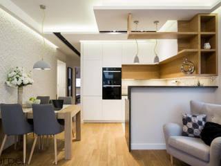 Mieszkanie w stylu skandynawskim Skandynawski salon od Monika Hardej Architekt Skandynawski