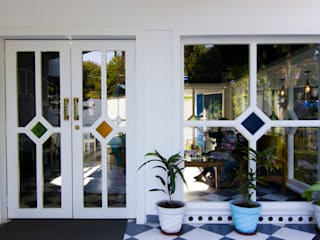 Porte d'ingresso in stile  di Studio Kaarigars, Coloniale