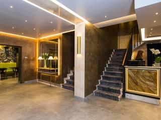 Illuminazione indiretta di design per un hotel a Venezia Ingresso, Corridoio & Scale in stile classico di Eleni Lighting Classico
