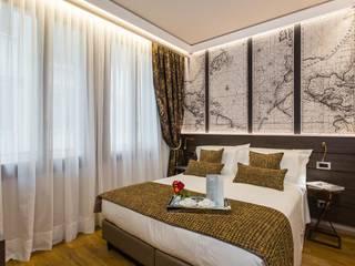 Illuminazione indiretta di design per un hotel a Venezia Camera da letto in stile classico di Eleni Lighting Classico