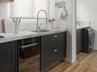 Remodelamos tu Cocina, Baños, Terrazas e Interiorismo y también construímos tu piscina.: Baños de estilo  por Comercial Ébano Spa, Moderno