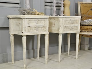 Pair of Heavily Aged & Distressed Vintage French Louis XVI Bedside Tables (White) de The Treasure Trove Shabby Chic & Vintage Furniture Rústico