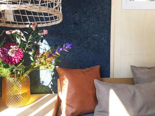 Een duurzaam ingericht tiny house.:  Woonkamer door interior for tomorrow, Scandinavisch