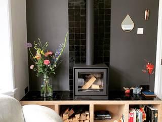 Waar laten we de houtkachel?:  Woonkamer door interior for tomorrow, Modern