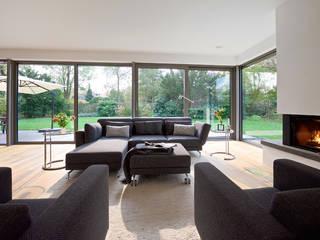 Modernes Landhaus:  Wohnzimmer von seyfarth stahlhut architekten bda Part GmbB,Modern