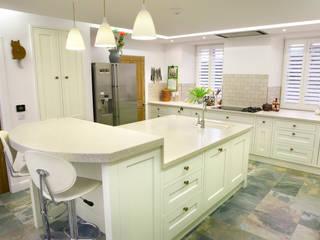 Refurbishment for newly retired couple Corylus Architects Ltd. Вбудовані кухні MDF Різнокольорові